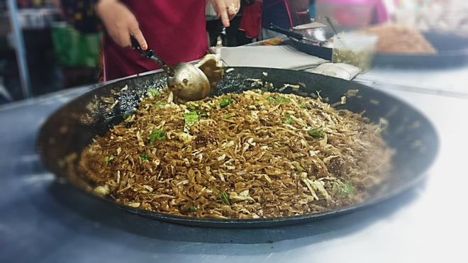 Char Kuey Teow món mì xào với cá, rau và các loại sốt có giá 3 RM một phần.