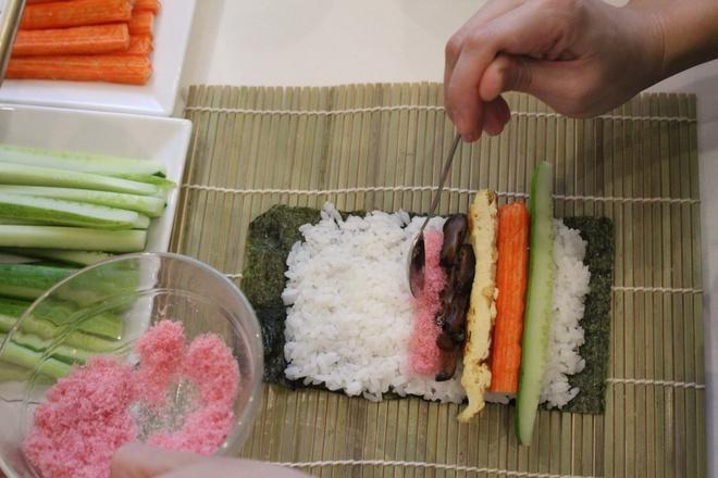 30 phut che bien sushi maki ngon, bo tai nha hinh anh 2