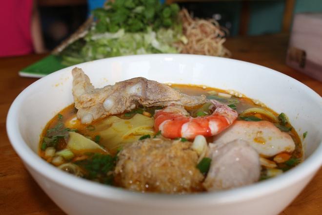 Quan mi Quang rieu cua hut khach duong Nguyen Thi Dinh hinh anh