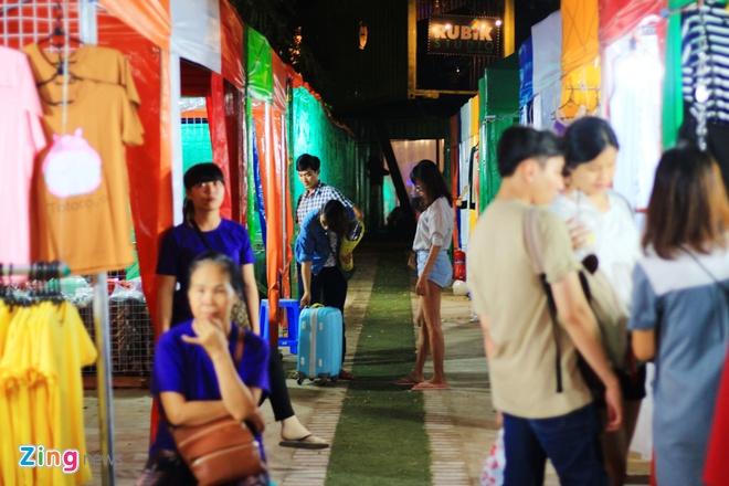 Kham pha khu cho dem container moi cua gioi tre TP.HCM hinh anh 12