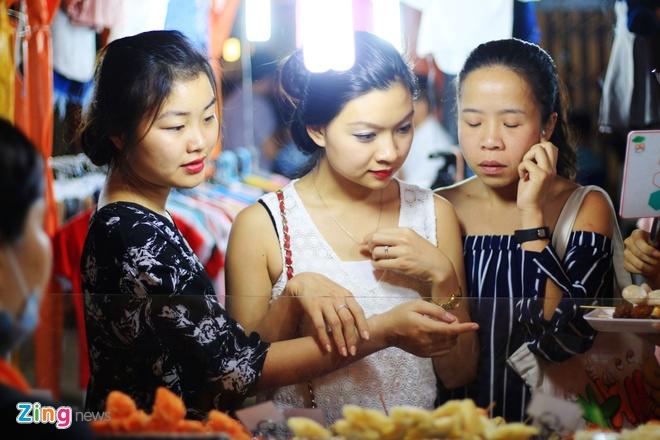 Kham pha khu cho dem container moi cua gioi tre TP.HCM hinh anh 5