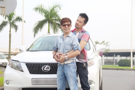 Long Nhat bi to muon xe dam cuoi chup anh hinh anh