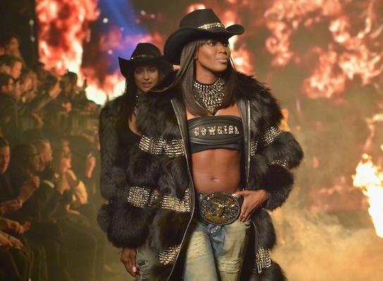Naomi Campbell bat ngo tro lai san catwalk hinh anh