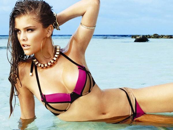 Nina Agdal boc lua tren bien voi bikini hinh anh