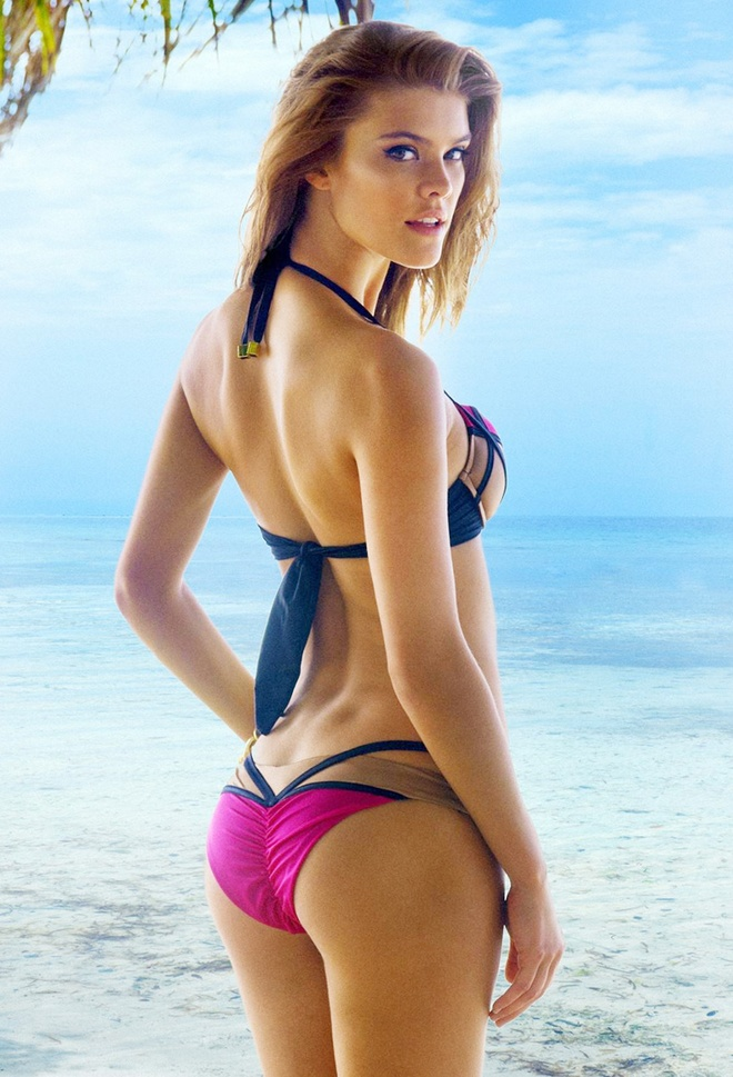 Nina Agdal boc lua tren bien voi bikini hinh anh 3