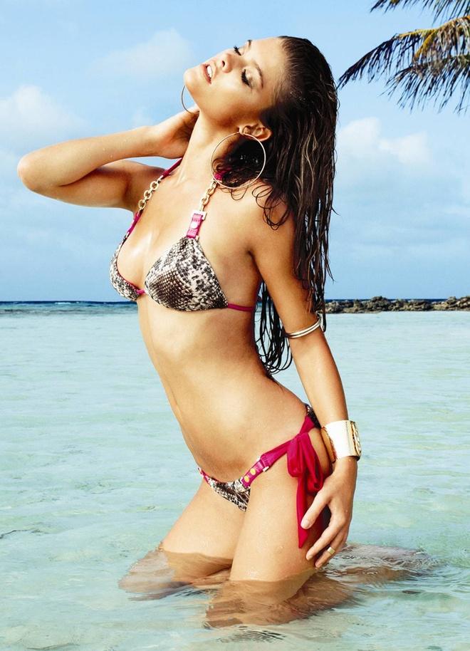 Nina Agdal boc lua tren bien voi bikini hinh anh 4