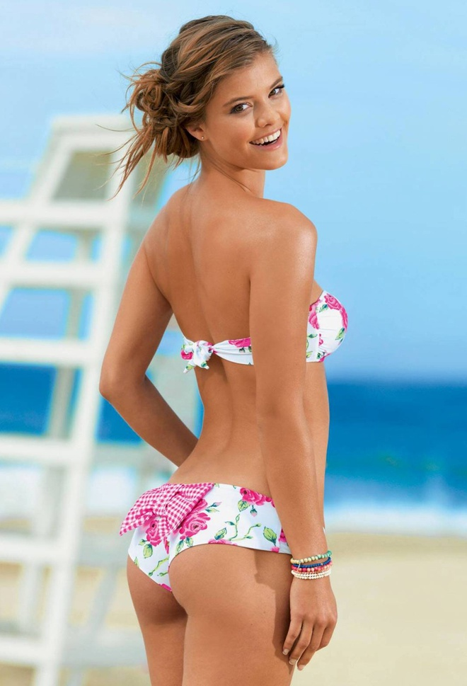 Nina Agdal boc lua tren bien voi bikini hinh anh 6