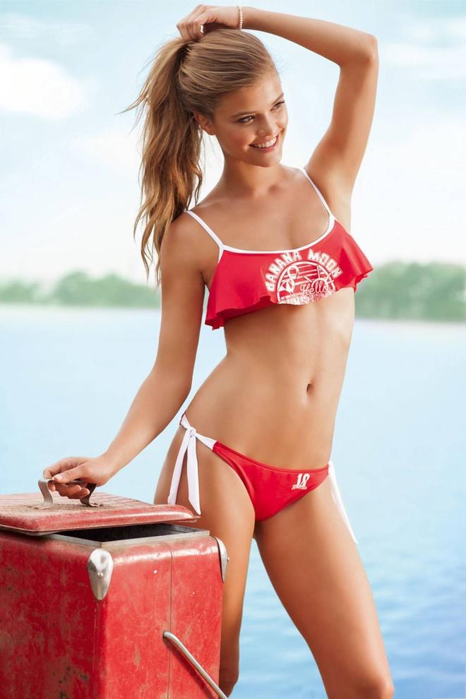 Nina Agdal boc lua tren bien voi bikini hinh anh 8