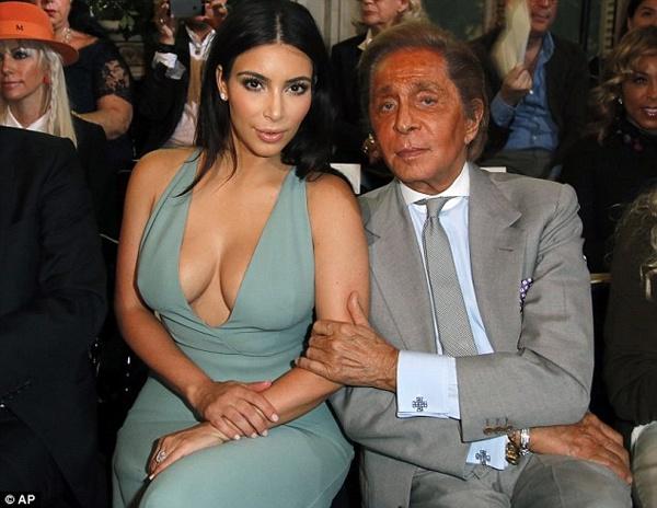 Kim Kardashian khoe vong mot do so o show thoi trang hinh anh