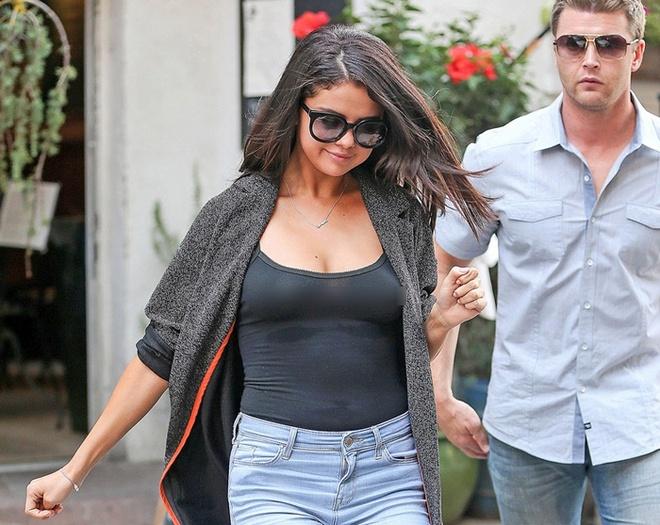 Nghi an Selena Gomez da bom nguc hinh anh