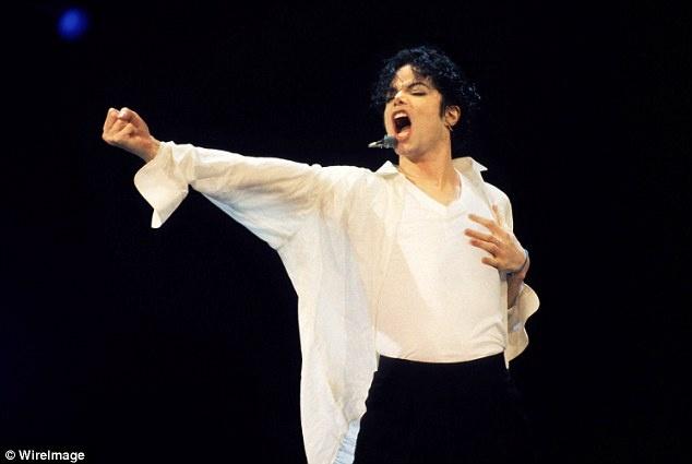 Michael Jackson bi to o ban, di tieu tren nen nha hinh anh