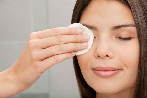 Mach ban bi quyet cham soc vung da quanh mat hinh anh 1 Các sản phẩm có chứa haloxyl, peptide, acid nicotinic, cà phê, ceramides, retinol và kem dưỡng ẩm sẽ giúp da bạn chống lại nếp nhăn, quầng thâm và bọng mắt. Tránh xa các sản phẩm chứa dầu vì chúng làm tắc nghẽn các tuyến quanh mắt.