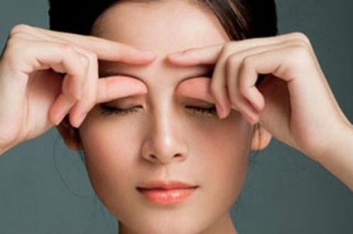 Mach ban bi quyet cham soc vung da quanh mat hinh anh 2 Vùng da quanh mắt mỏng hơn 6-10 lần so với các khu vực khác trên khuôn mặt. Bởi vậy tránh rửa mạnh, chà xát và kéo giãn vùng da này, bởi nó sẽ gây ra tác động tiêu cực đến cấu trúc của làn da.