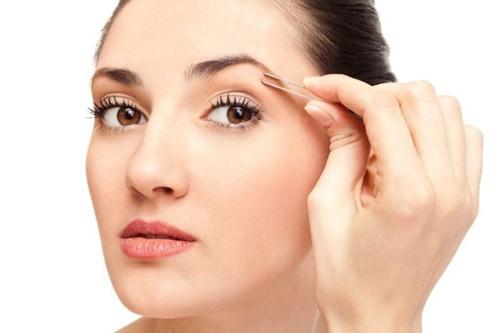 Mach ban bi quyet cham soc vung da quanh mat hinh anh 3 Tỉa lông mày có thể làm hỏng lớp da trên của vùng da quanh mắt khiến chúng chảy xệ gây sụp mí và xuất hiện nếp nhăn. Bởi vậy, hãy đảm bảo bạn phải thật sự cẩn thận và nhẹ nhàng khi tỉa lông mày.