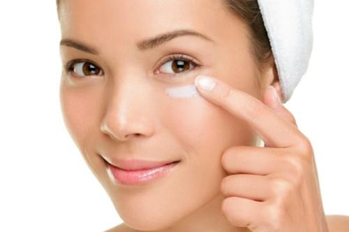 Mach ban bi quyet cham soc vung da quanh mat hinh anh 4 Vùng da quanh mắt rất nhạy cảm và cần một chế độ chăm sóc đặc biệt. Các sản phẩm chăm sóc da mặt thường dùng để loại bỏ dầu, bụi bẩn và chứa một số chất bào mòn có thể gây tổn thương cho vùng da quanh mắt. Bạn nên dùng một sản phẩm riêng biệt để giúp tăng cường độ ẩm và bảo vệ làn da mỏng manh này.