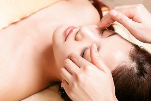Mach ban bi quyet cham soc vung da quanh mat hinh anh 6 Thói quen massage khuôn mặt thường xuyên sẽ giúp bạn giảm quầng thâm, bọng mắt, nếp nhăn, đồng thời giúp máu lưu thông và giảm mệt mỏi cho mắt.