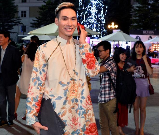 Quang Vinh mac banh bao di xem show thoi trang o Ha Noi hinh anh 7