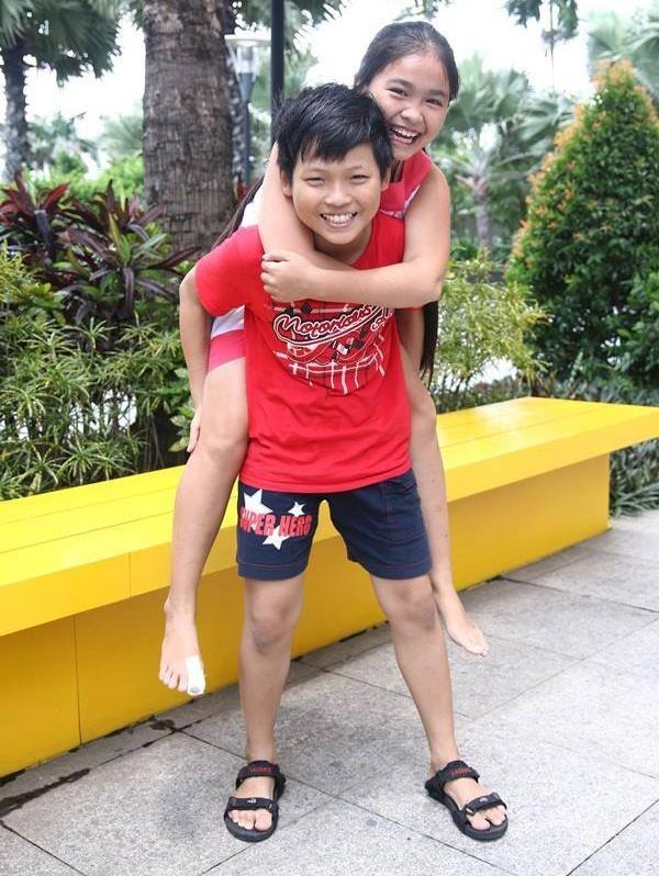 Thien Nhan manh dan nam tay hot boy mat hi tren san khau hinh anh 15