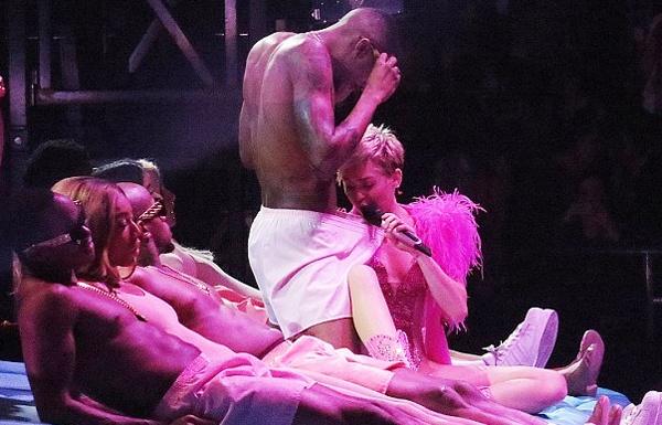 Miley Cyrus gay soc voi man vach quan vu cong nam hinh anh
