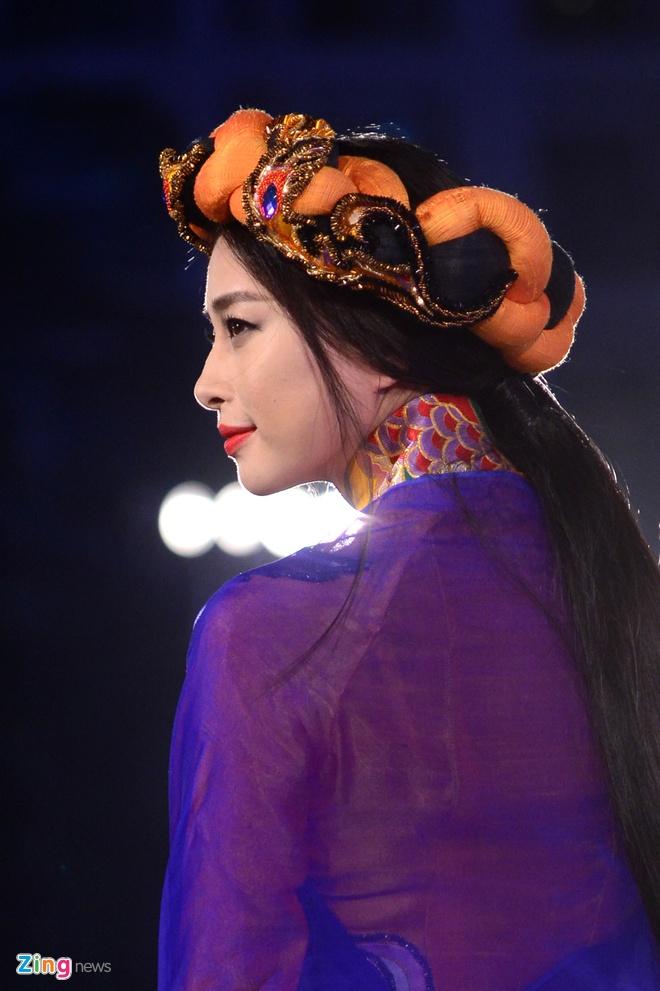 Ngo Thanh Van bat ngo tai xuat san catwalk hinh anh 2