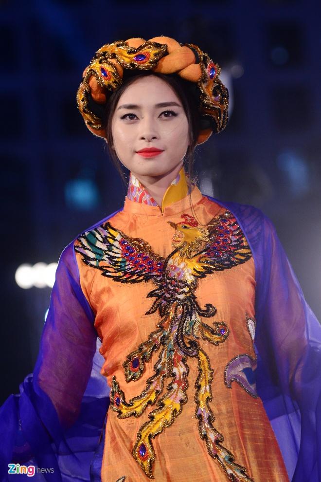 Ngo Thanh Van bat ngo tai xuat san catwalk hinh anh 3
