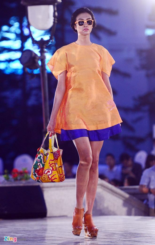 Ngo Thanh Van bat ngo tai xuat san catwalk hinh anh 4