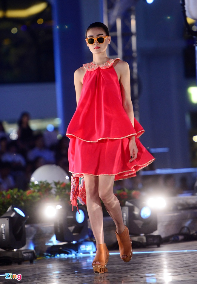 Ngo Thanh Van bat ngo tai xuat san catwalk hinh anh 5