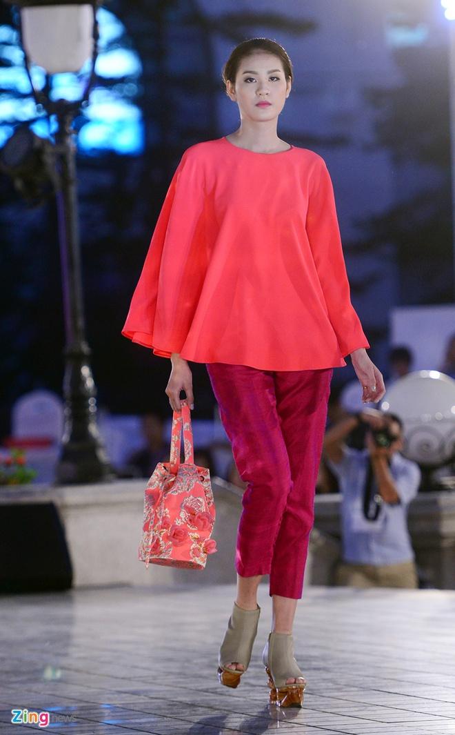 Ngo Thanh Van bat ngo tai xuat san catwalk hinh anh 7