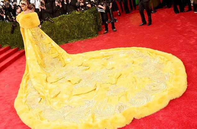 Bat mi ve nguoi thiet ke vay 'trung chien' cho Rihanna hinh anh