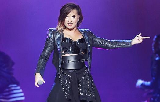 Thoi trang san khau ca tinh cua Demi Lovato hinh anh