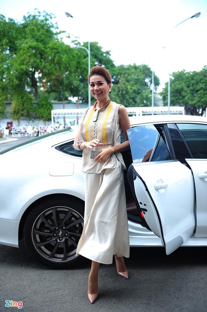 Thanh Hang ngoi xe sang di cham thi Vietnam's Next Top Model hinh anh 2