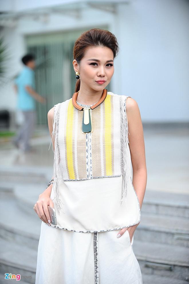 Thanh Hang ngoi xe sang di cham thi Vietnam's Next Top Model hinh anh 3