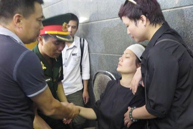 Con gai Bong Mai ngat trong tang le nhac si An Thuyen hinh anh
