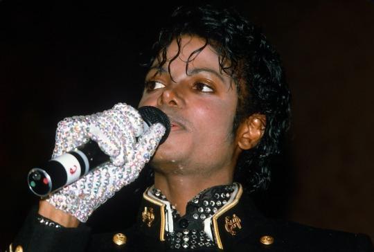 Dau gia gang tay trang cua Michael Jackson hinh anh