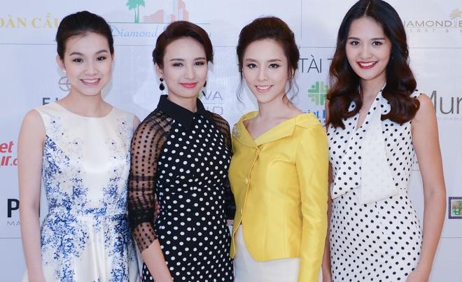 Thuy Lam hoi ngo dan hoa hau, a hau tai Ha Noi hinh anh