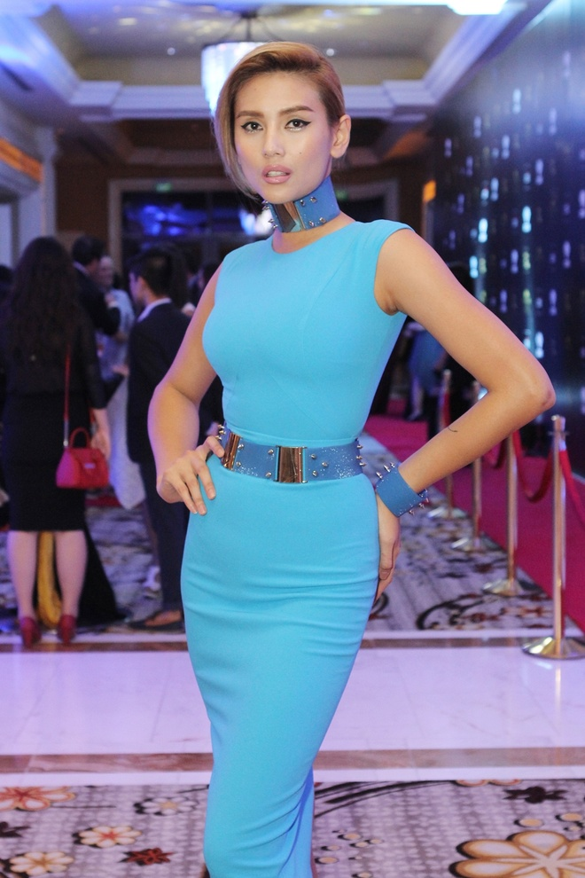 Thuy Dung dien dam ho lung goi cam hinh anh 4