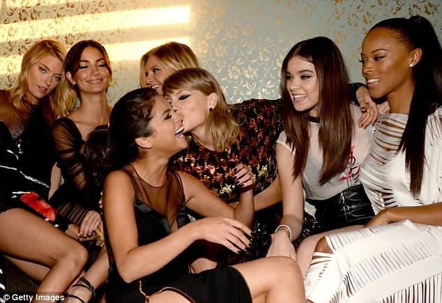 Taylor Swift hon Selena Gomez trong tiec mung chien thang hinh anh