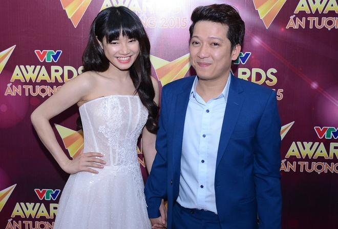 Truong Giang nam tay Nha Phuong roi le trao giai VTV Awards hinh anh