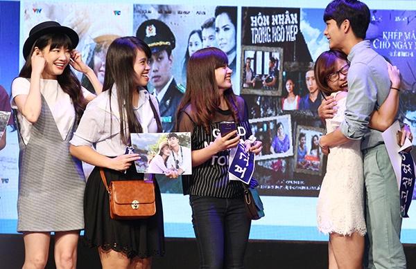 Fan nu vo oa khi duoc om Kang Tae Oh tren san khau hinh anh