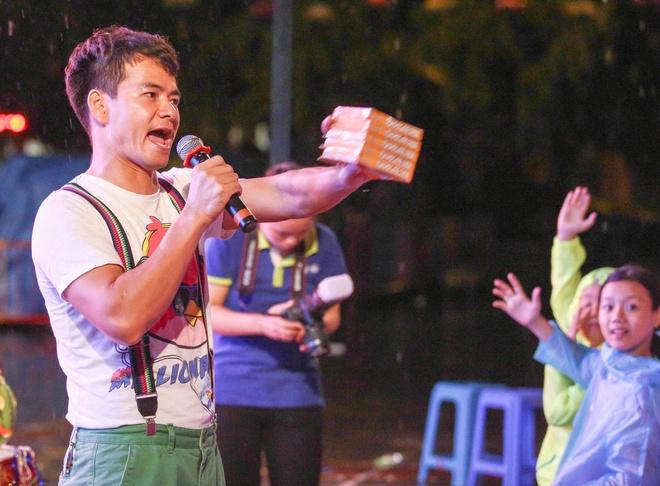 Ky Duyen tang qua tre em trong show cua Xuan Bac, Minh Vuong hinh anh