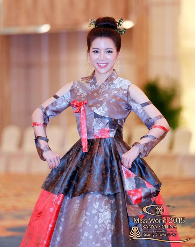 Lan Khue thuot tha ao dai o Hoa hau The gioi hinh anh 12