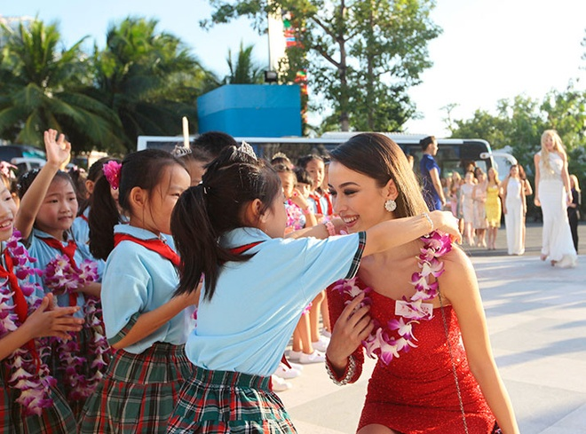 Lan Khue dien dam cup nguc o tiec chao mung Miss World hinh anh 5