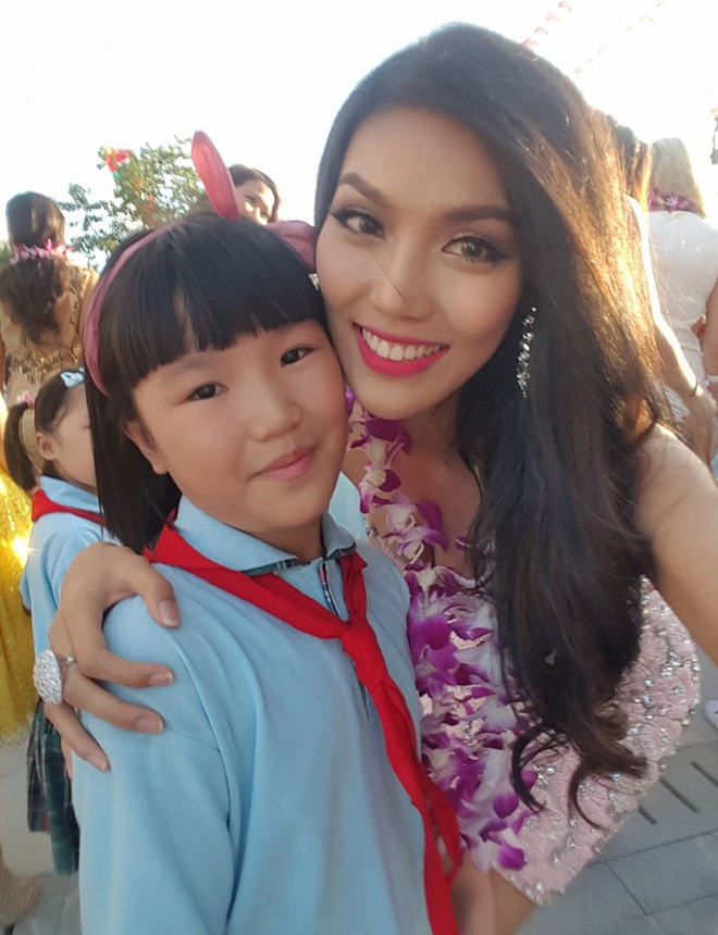 Lan Khue dien dam cup nguc o tiec chao mung Miss World hinh anh 4