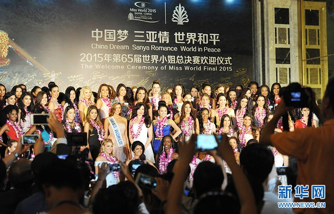 Lan Khue dien dam cup nguc o tiec chao mung Miss World hinh anh 2