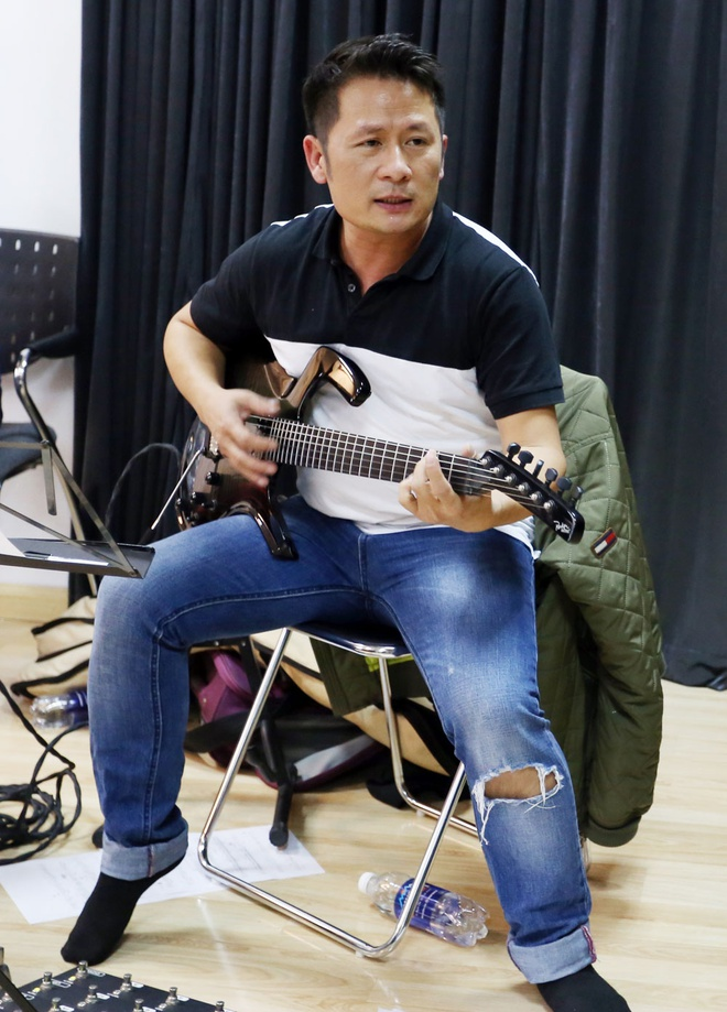 Bang Kieu mac jeans rach di tap nhac hinh anh 3