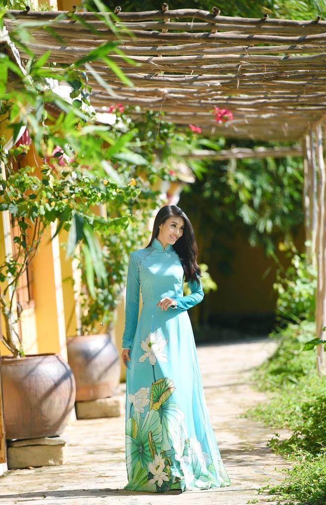 Hai bo ao dai duoc Lan Khue mang den Hoa hau The gioi 2015 hinh anh 3