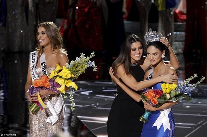 Trao nham vuong mien: Su co toi te cua Miss Universe hinh anh