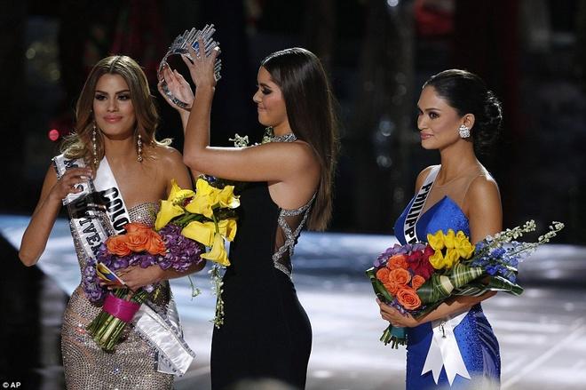 Trao nham vuong mien: Su co toi te cua Miss Universe hinh anh 1