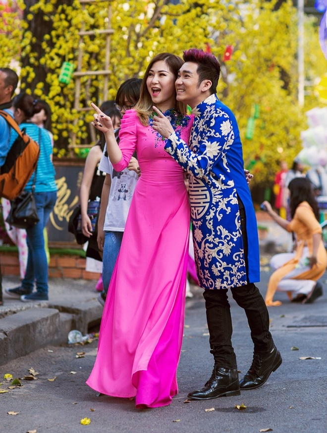 Quang Ha ru Huong Tram dao pho xuan hinh anh 3
