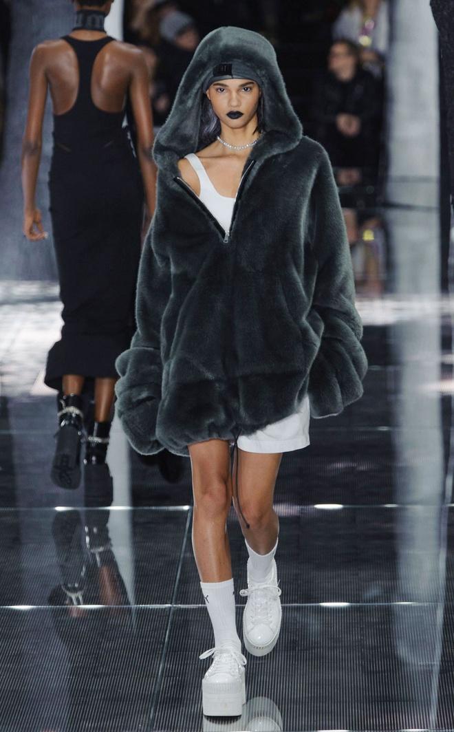 Rihanna trinh lang bo suu tap phong cach the thao goi cam hinh anh 10
